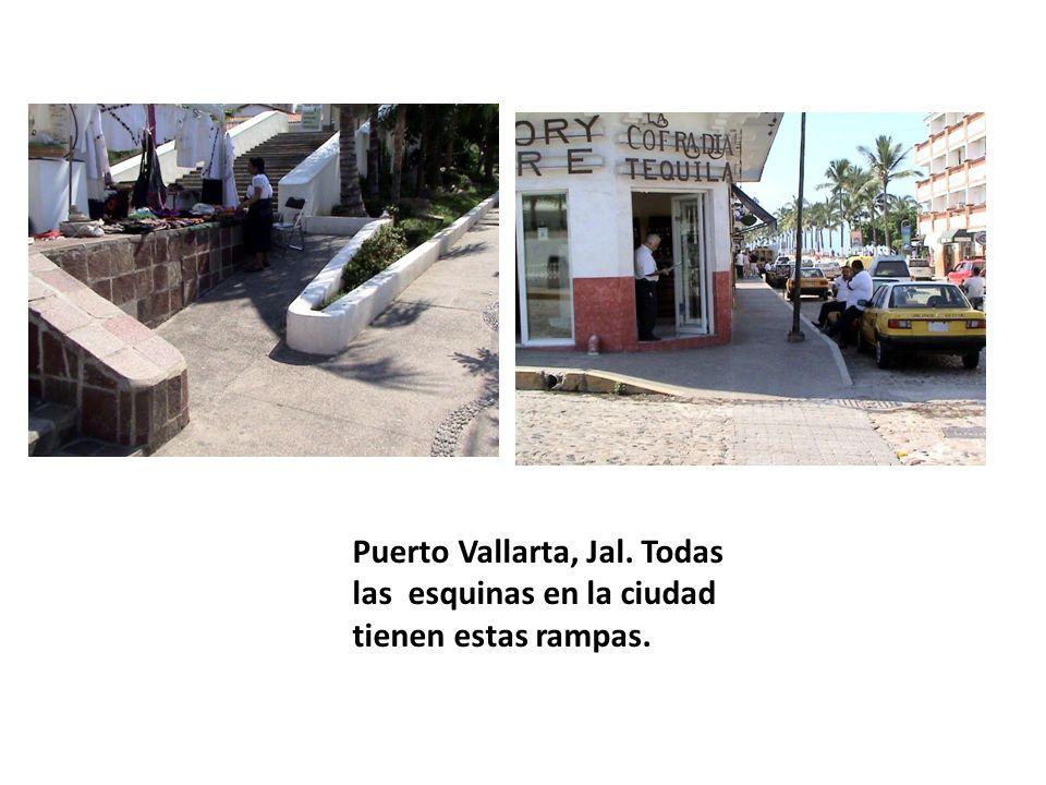 Puerto Vallarta, Jal. Todas las esquinas en la ciudad tienen estas rampas.