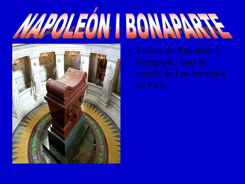 NAPOLEÓN I BONAPARTE Tumba de Napoleón I Bonaparte, bajo la cúpula de Los Invalidos en París.