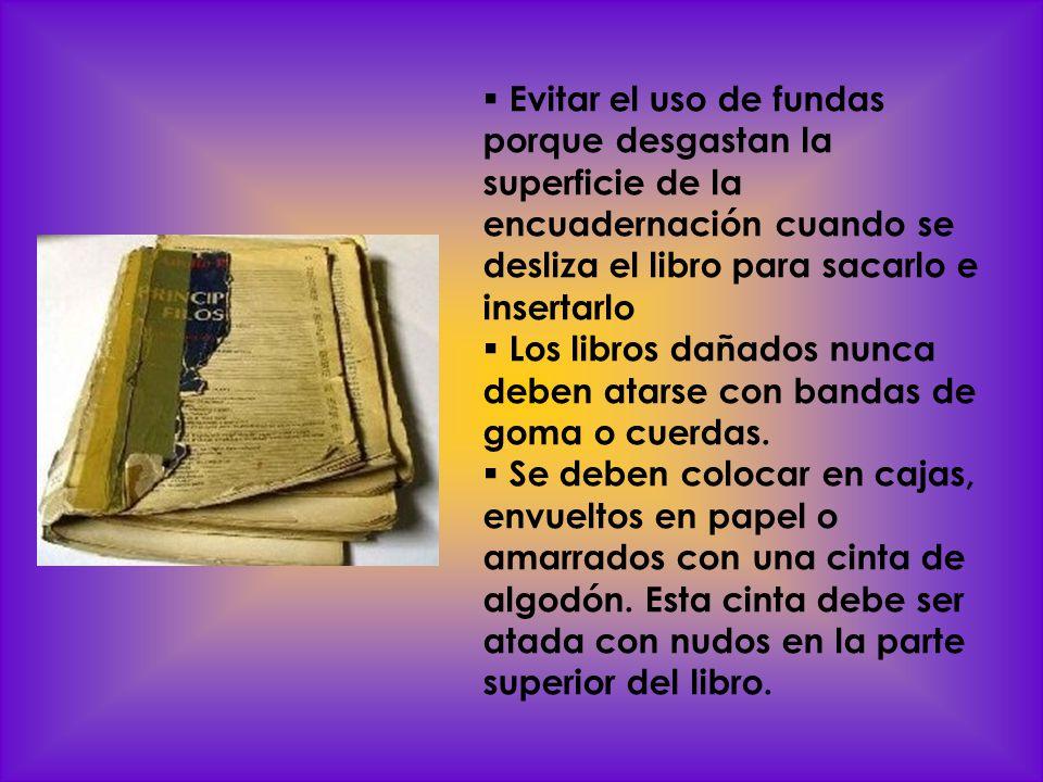 Evitar el uso de fundas porque desgastan la superficie de la encuadernación cuando se desliza el libro para sacarlo e insertarlo