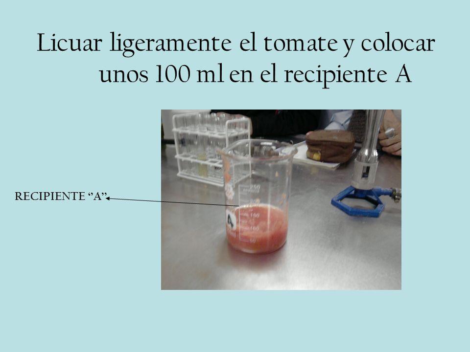 Licuar ligeramente el tomate y colocar unos 100 ml en el recipiente A