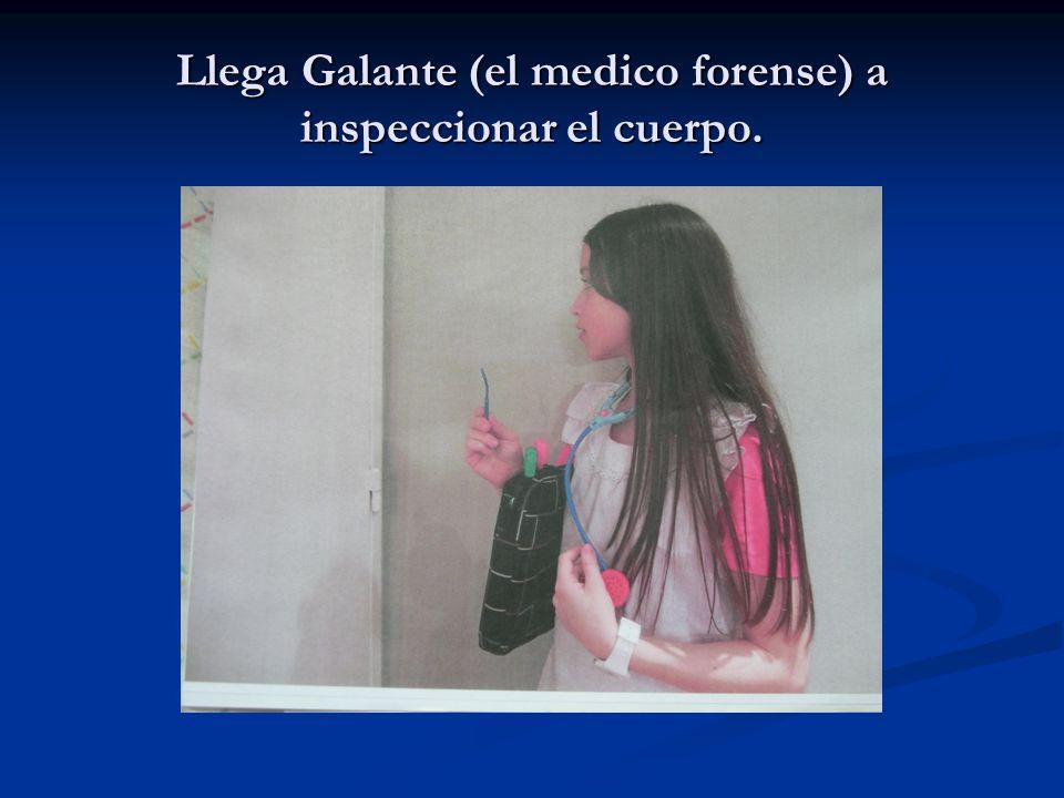 Llega Galante (el medico forense) a inspeccionar el cuerpo.