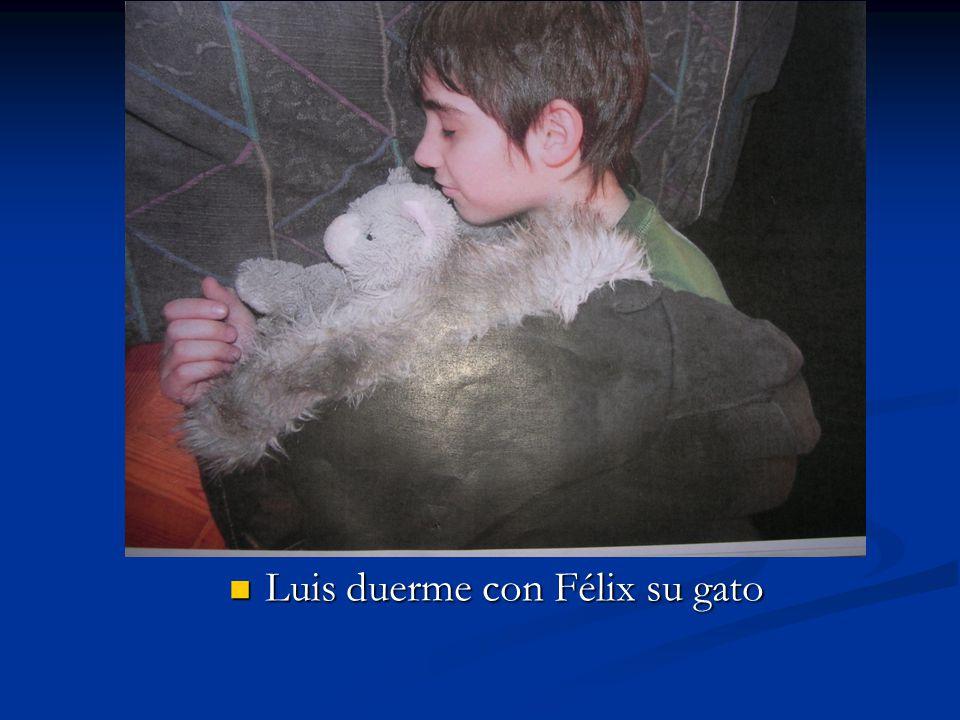 Luis duerme con Félix su gato
