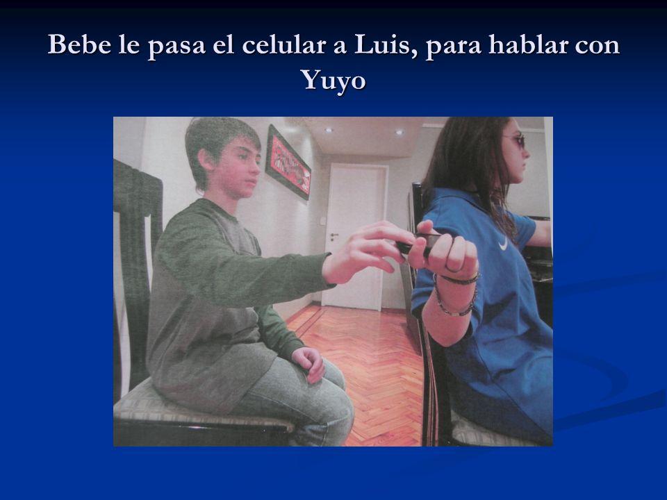 Bebe le pasa el celular a Luis, para hablar con Yuyo