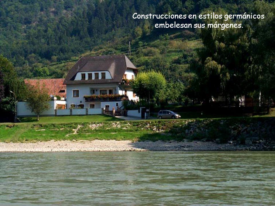 Construcciones en estilos germánicos embelesan sus márgenes.