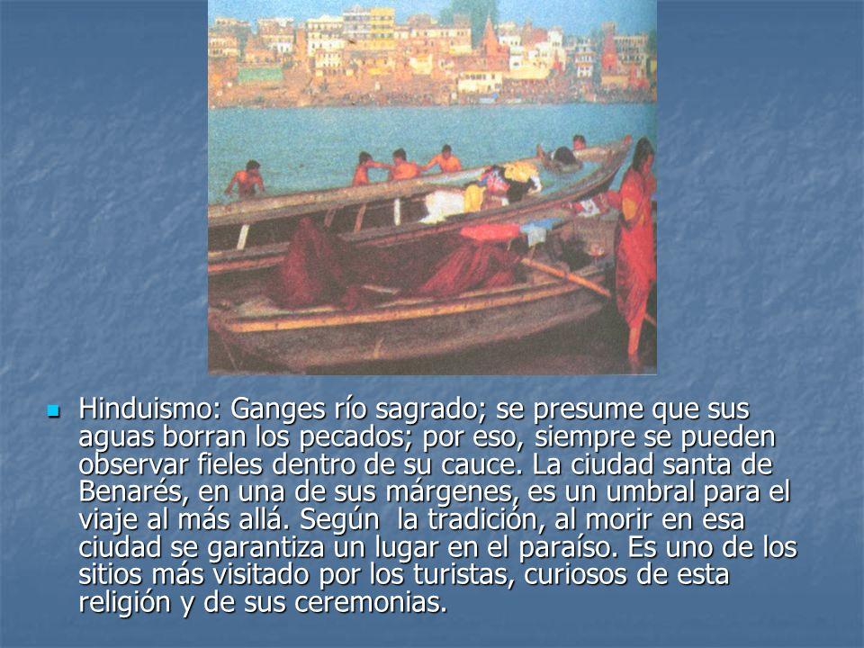 Hinduismo: Ganges río sagrado; se presume que sus aguas borran los pecados; por eso, siempre se pueden observar fieles dentro de su cauce.