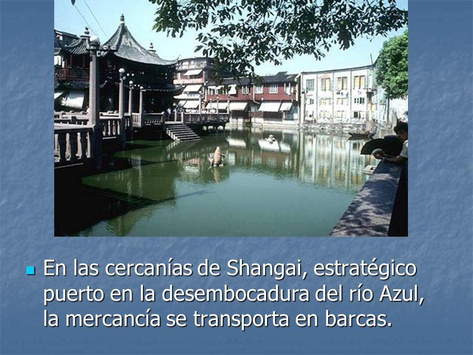 En las cercanías de Shangai, estratégico puerto en la desembocadura del río Azul, la mercancía se transporta en barcas.