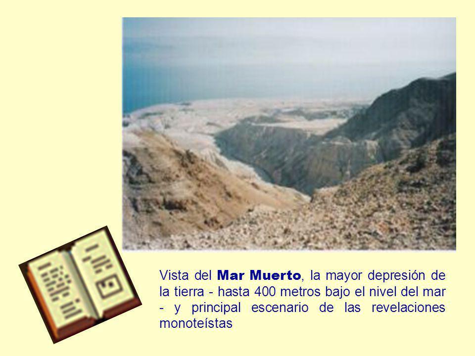 Vista del Mar Muerto, la mayor depresión de la tierra - hasta 400 metros bajo el nivel del mar - y principal escenario de las revelaciones monoteístas