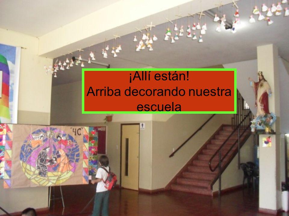 ¡Allí están! Arriba decorando nuestra escuela