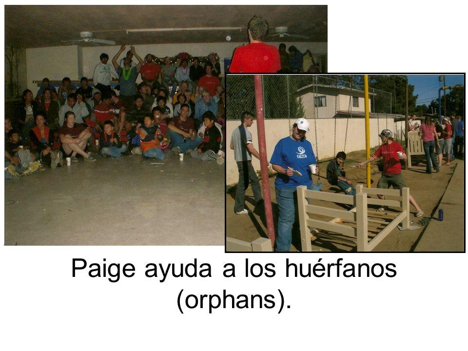 Paige ayuda a los huérfanos (orphans).