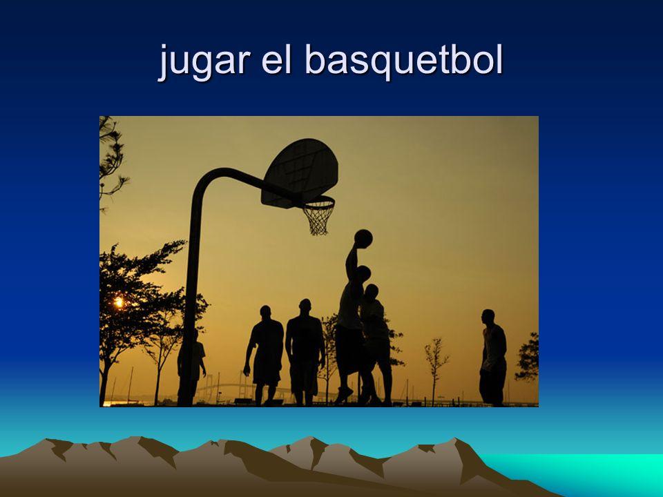 jugar el basquetbol
