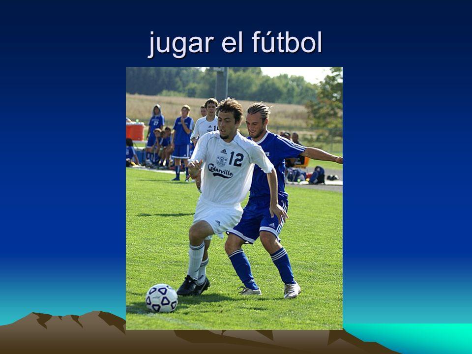 jugar el fútbol