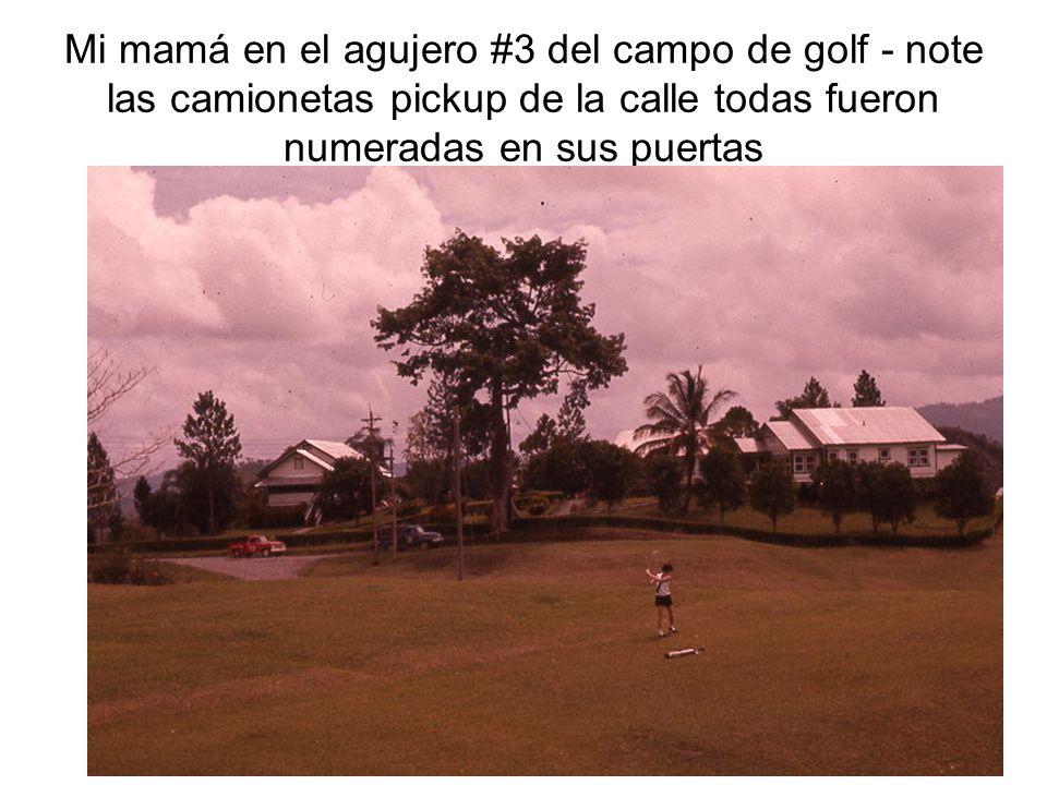 Mi mamá en el agujero #3 del campo de golf - note las camionetas pickup de la calle todas fueron numeradas en sus puertas
