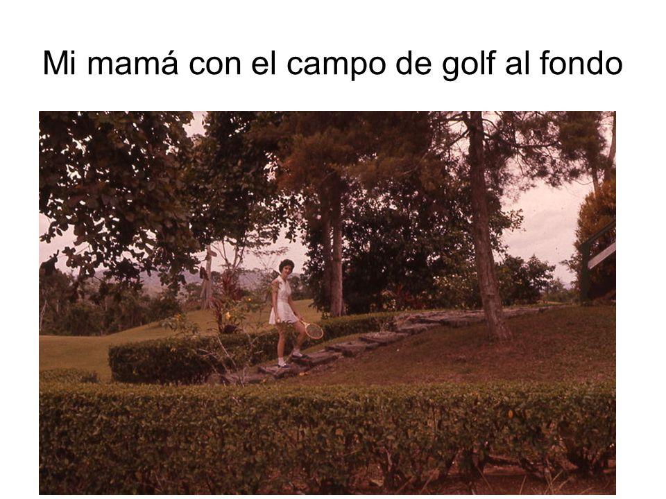 Mi mamá con el campo de golf al fondo