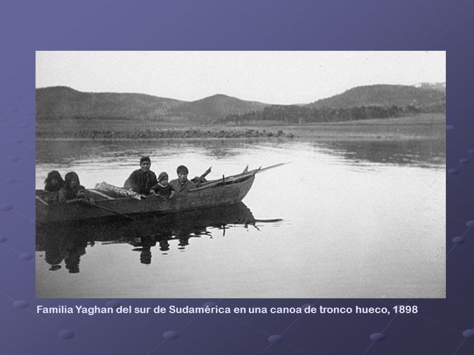 Familia Yaghan del sur de Sudamérica en una canoa de tronco hueco, 1898