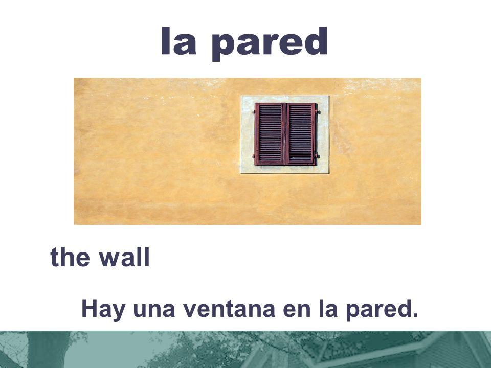 Hay una ventana en la pared.