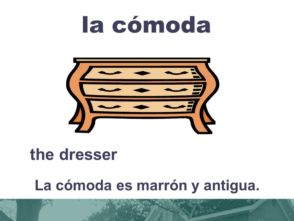 La cómoda es marrón y antigua.