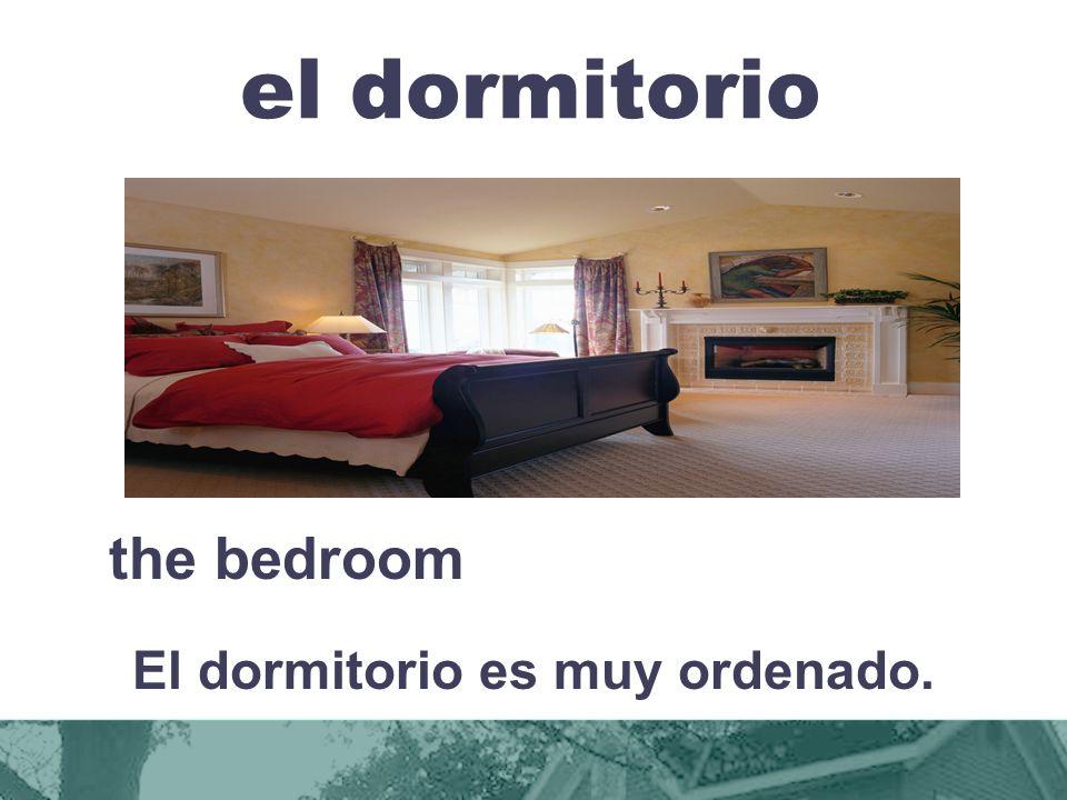 El dormitorio es muy ordenado.