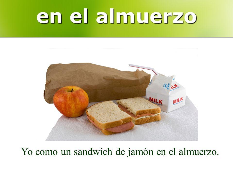 en el almuerzo Yo como un sandwich de jamón en el almuerzo.