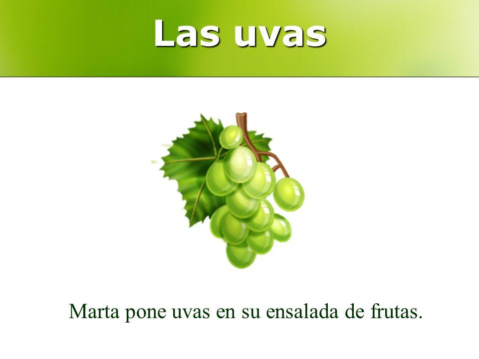 Las uvas Marta pone uvas en su ensalada de frutas.