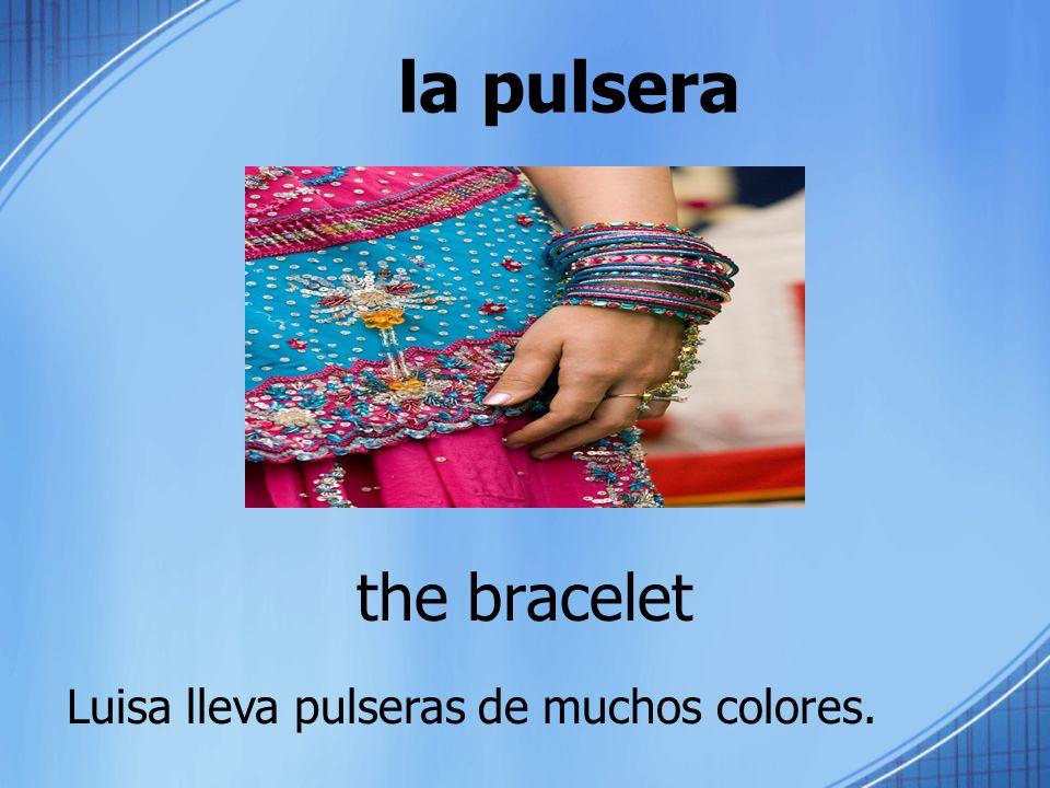 la pulsera the bracelet Luisa lleva pulseras de muchos colores.