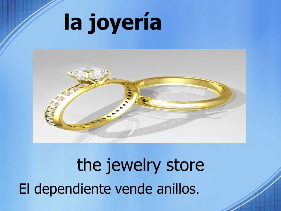 la joyería the jewelry store El dependiente vende anillos.