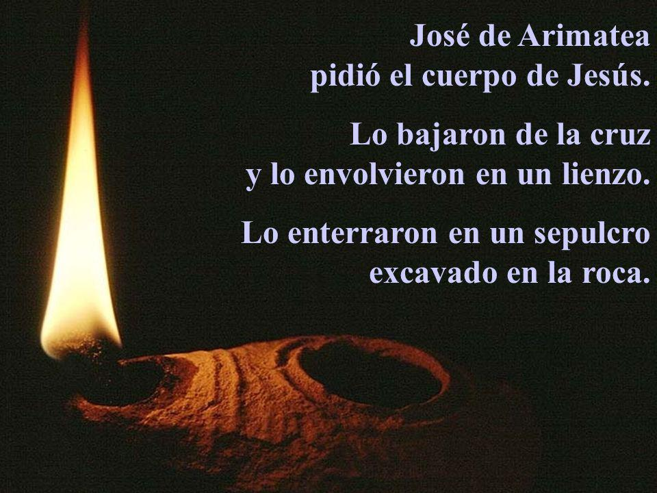 José de Arimateapidió el cuerpo de Jesús. Lo bajaron de la cruz. y lo envolvieron en un lienzo. Lo enterraron en un sepulcro.