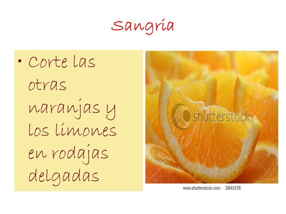 Corte las otras naranjas y los limones en rodajas delgadas