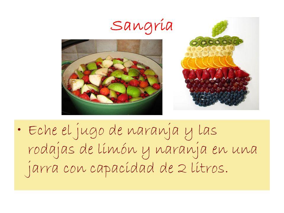 SangriaEche el jugo de naranja y las rodajas de limón y naranja en una jarra con capacidad de 2 litros.