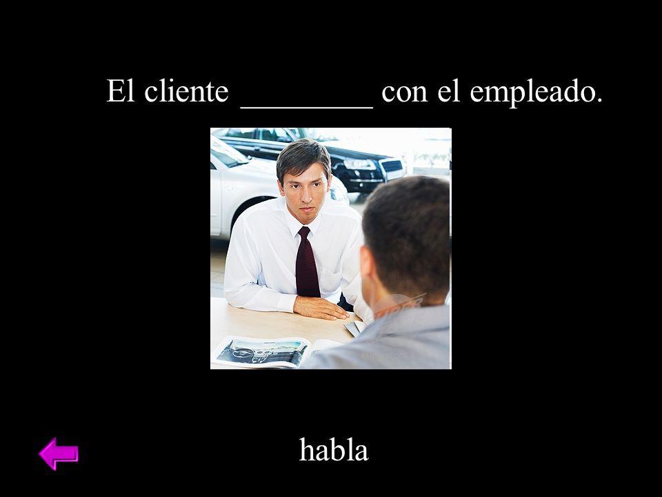 El cliente ________ con el empleado.