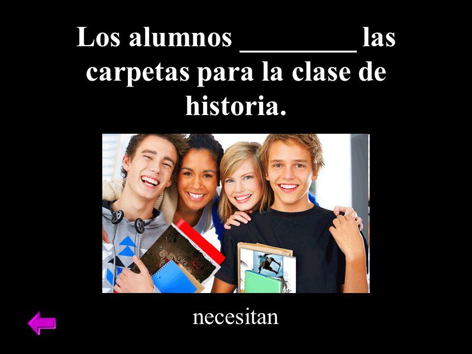 Los alumnos ________ las carpetas para la clase de historia.