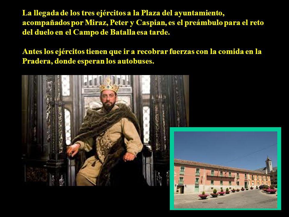 La llegada de los tres ejércitos a la Plaza del ayuntamiento, acompañados por Miraz, Peter y Caspian, es el preámbulo para el reto del duelo en el Campo de Batalla esa tarde.