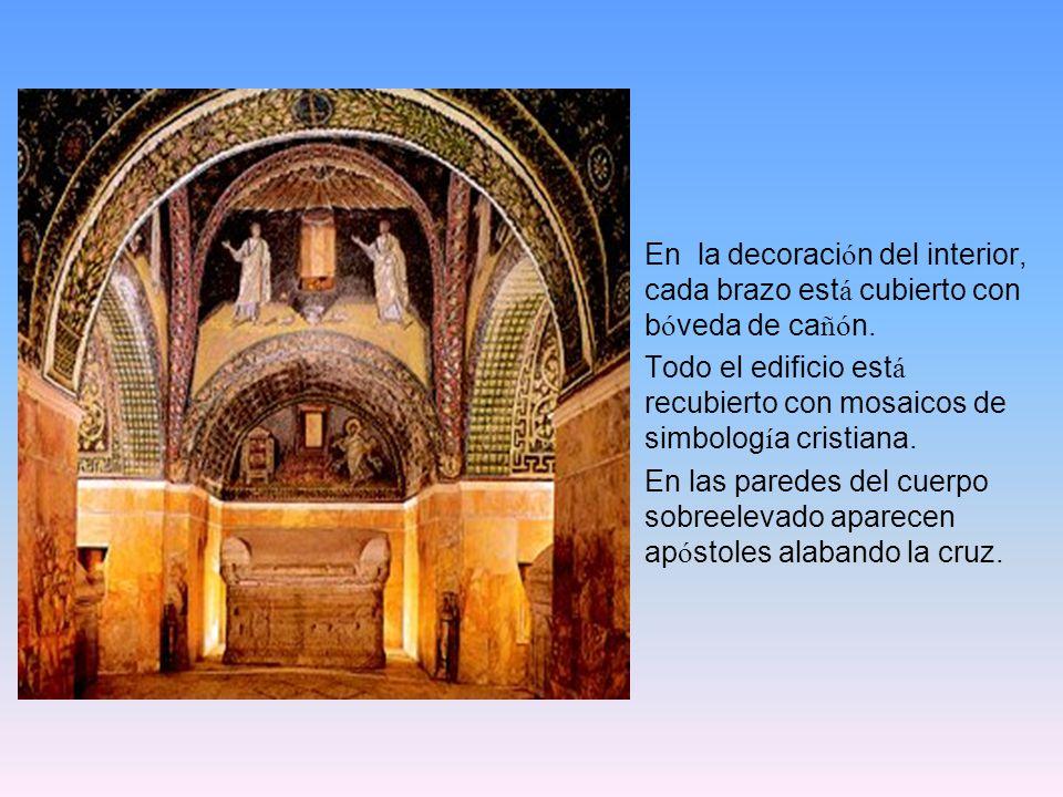 En la decoración del interior, cada brazo está cubierto con bóveda de cañón.