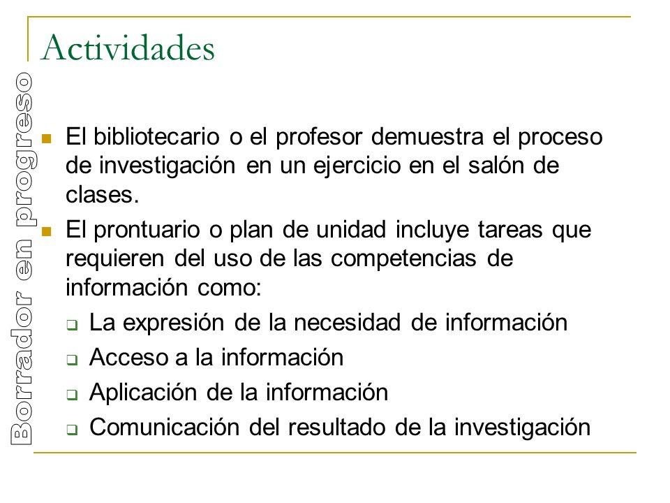 Actividades El bibliotecario o el profesor demuestra el proceso de investigación en un ejercicio en el salón de clases.