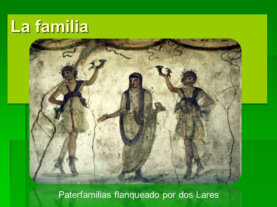 La familia Paterfamilias flanqueado por dos Lares