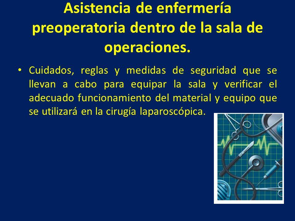 Asistencia de enfermería preoperatoria dentro de la sala de operaciones.