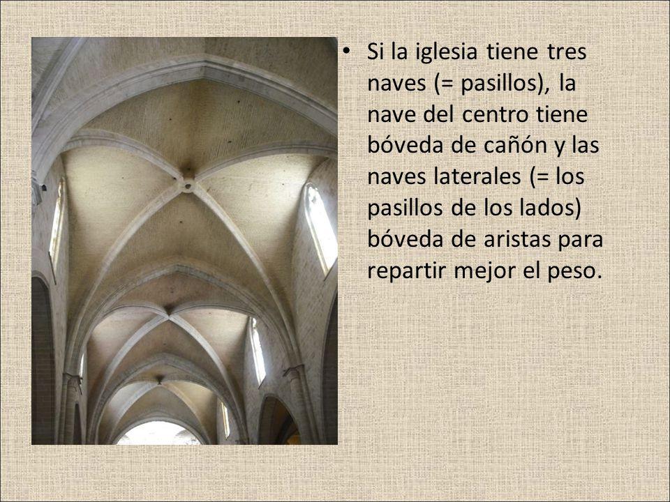 Si la iglesia tiene tres naves (= pasillos), la nave del centro tiene bóveda de cañón y las naves laterales (= los pasillos de los lados) bóveda de aristas para repartir mejor el peso.