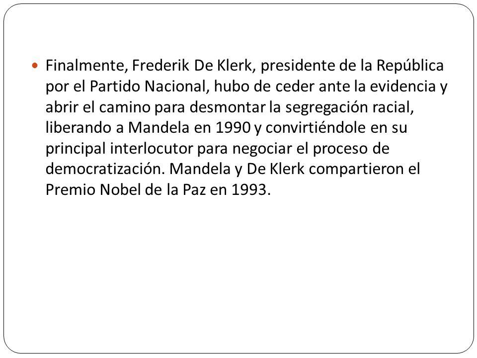 Finalmente, Frederik De Klerk, presidente de la República por el Partido Nacional, hubo de ceder ante la evidencia y abrir el camino para desmontar la segregación racial, liberando a Mandela en 1990 y convirtiéndole en su principal interlocutor para negociar el proceso de democratización.