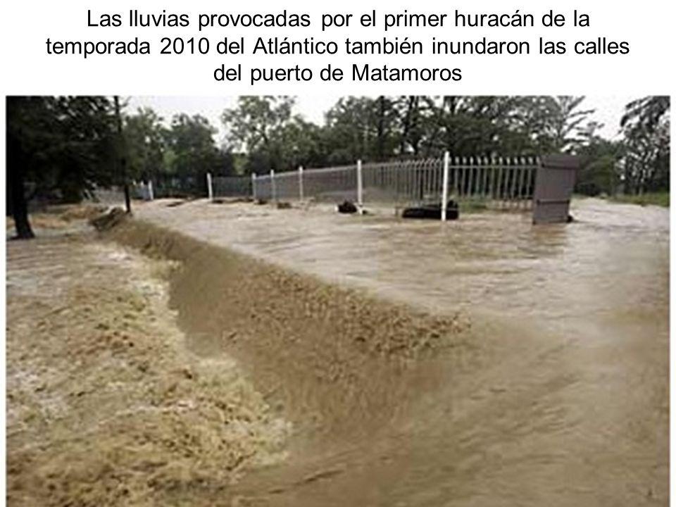 Las lluvias provocadas por el primer huracán de la temporada 2010 del Atlántico también inundaron las calles del puerto de Matamoros