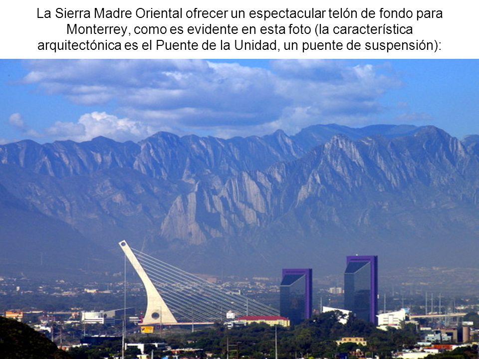 La Sierra Madre Oriental ofrecer un espectacular telón de fondo para Monterrey, como es evidente en esta foto (la característica arquitectónica es el Puente de la Unidad, un puente de suspensión):