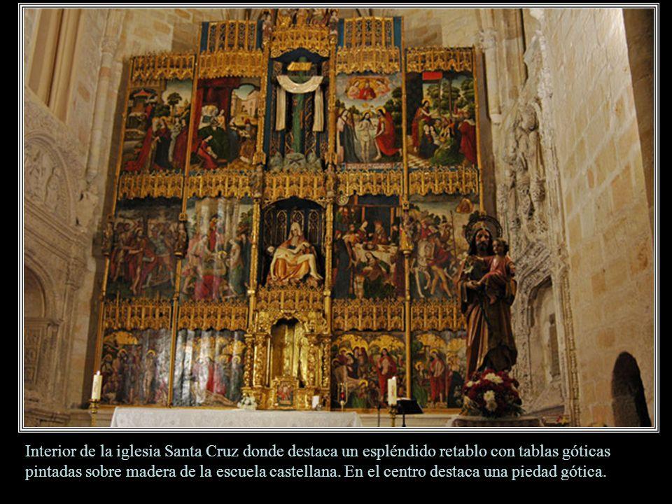 Interior de la iglesia Santa Cruz donde destaca un espléndido retablo con tablas góticas pintadas sobre madera de la escuela castellana.