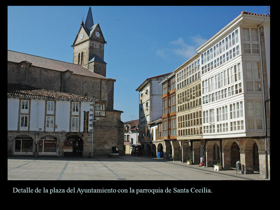Detalle de la plaza del Ayuntamiento con la parroquia de Santa Cecilia.