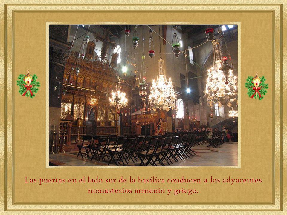 Las puertas en el lado sur de la basílica conducen a los adyacentes monasterios armenio y griego.