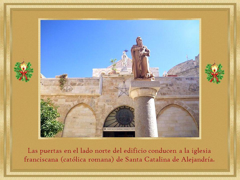 Las puertas en el lado norte del edificio conducen a la iglesia franciscana (católica romana) de Santa Catalina de Alejandría.