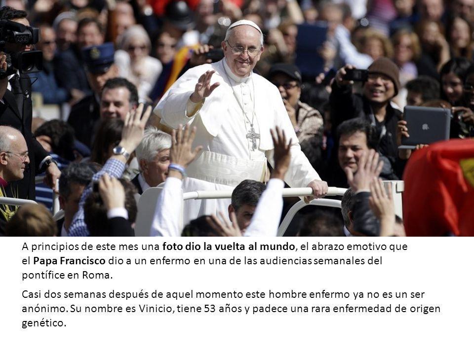 A principios de este mes una foto dio la vuelta al mundo, el abrazo emotivo que el Papa Francisco dio a un enfermo en una de las audiencias semanales del pontífice en Roma.
