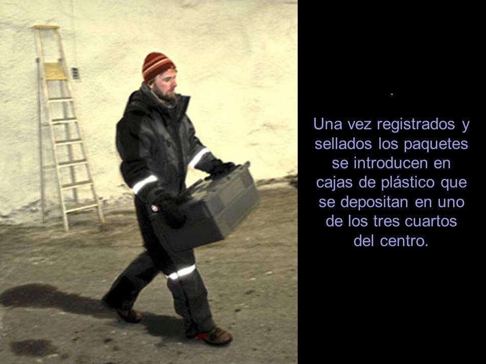 . Una vez registrados y sellados los paquetes se introducen en cajas de plástico que se depositan en uno de los tres cuartos del centro.