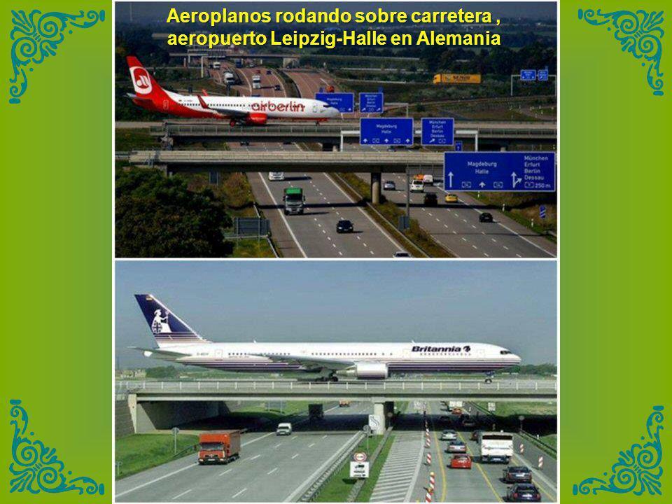 Aeroplanos rodando sobre carretera , aeropuerto Leipzig-Halle en Alemania