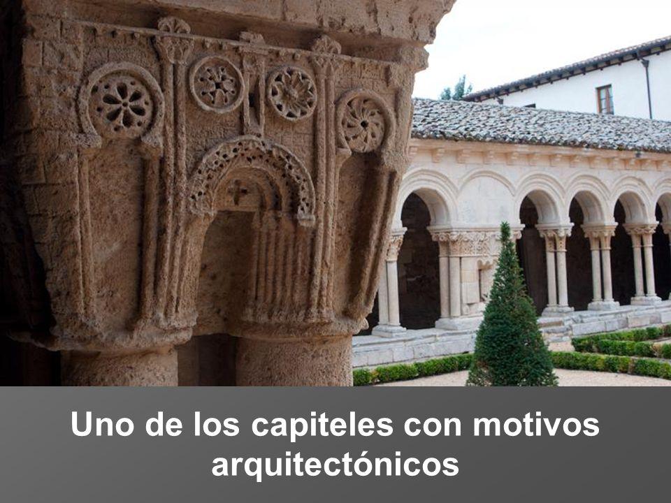 Uno de los capiteles con motivos arquitectónicos