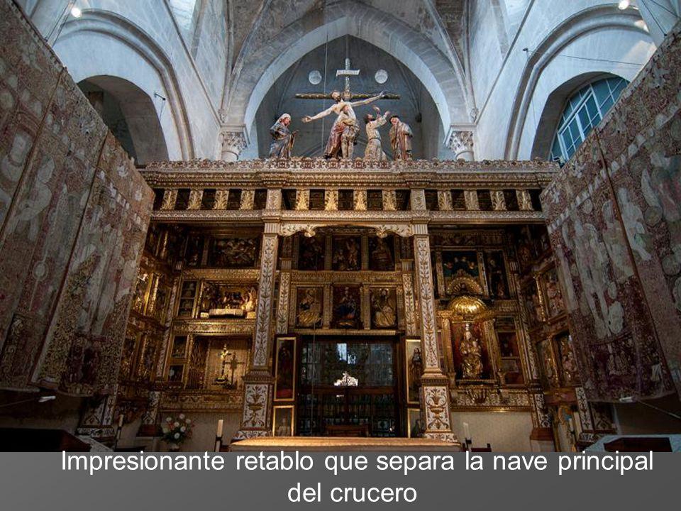 Impresionante retablo que separa la nave principal del crucero