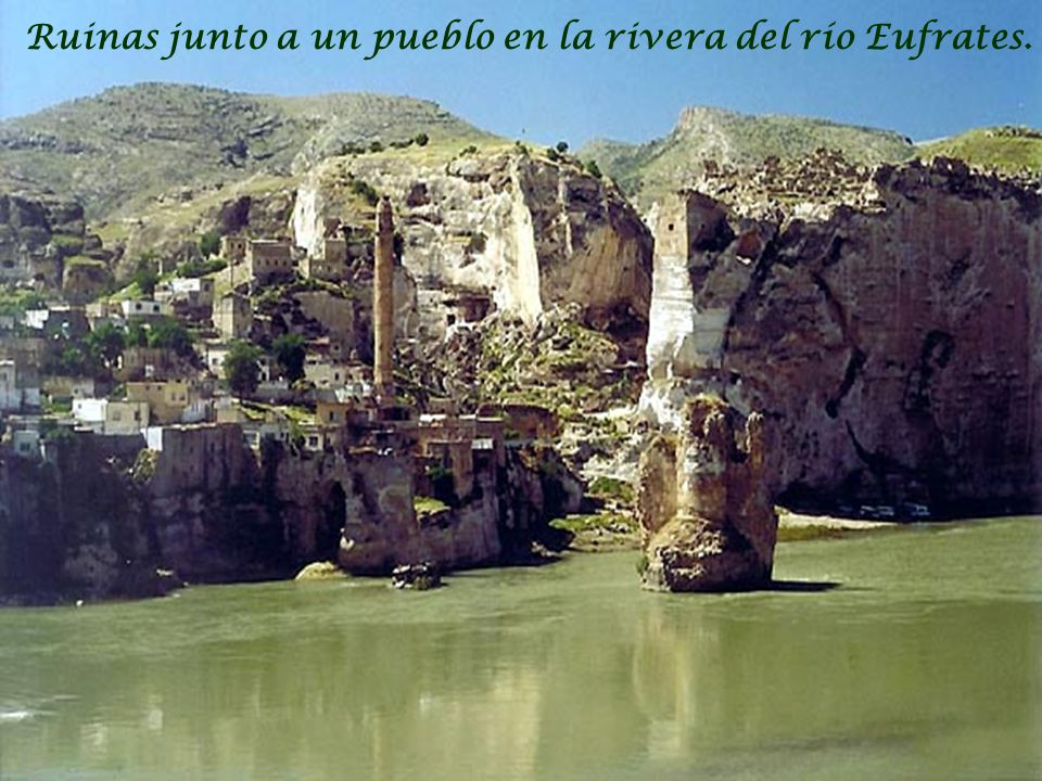 Ruinas junto a un pueblo en la rivera del río Eufrates.