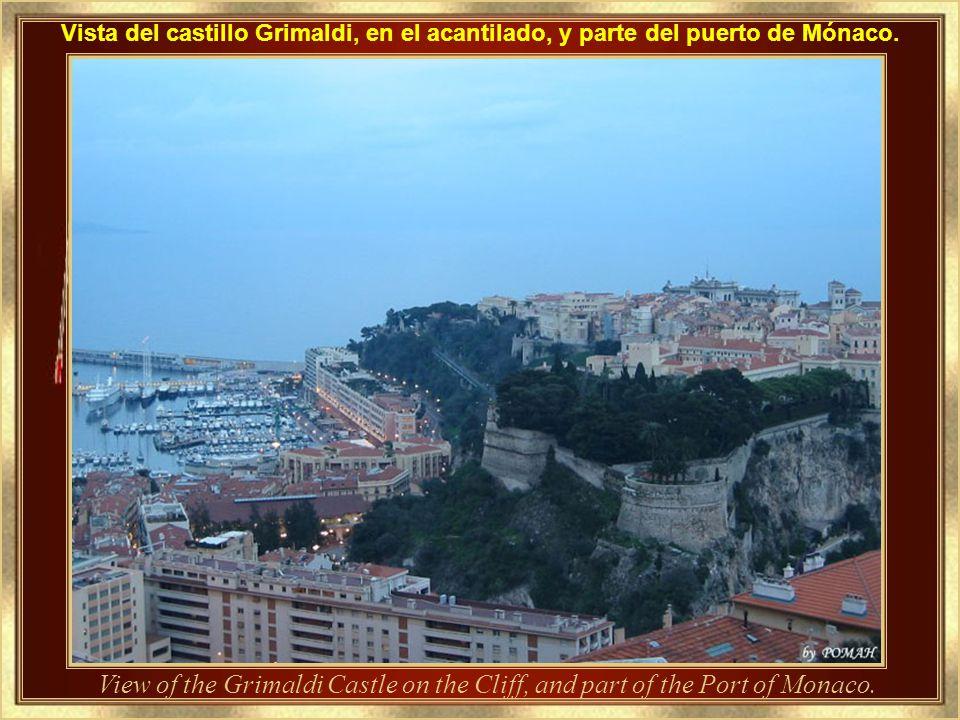 Vista del castillo Grimaldi, en el acantilado, y parte del puerto de Mónaco.